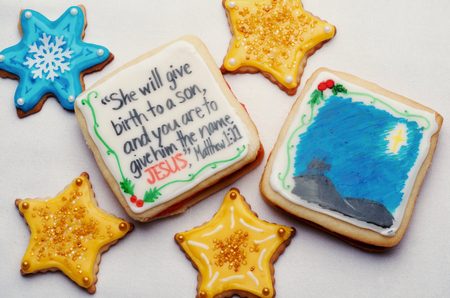 Artistically Decorated Christmas Cut-Out Cookies With Bible Verse Stockfoto