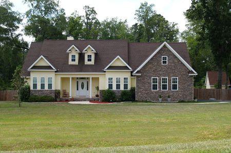 Una storia di casa con due mattoni e bordo schierandosi sulla facciata.