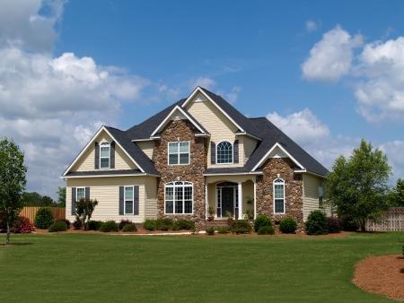 二階建ての住宅の家の石とファサードにサイディング ボード。 写真素材