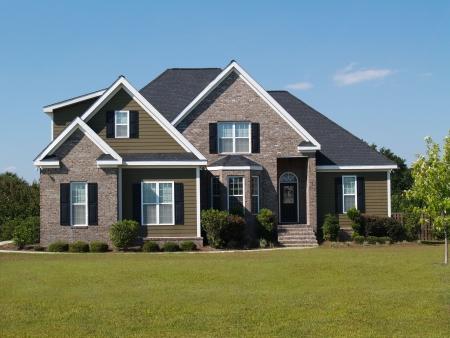 二階建てのレンガとビニール住宅ホーム出窓付き。
