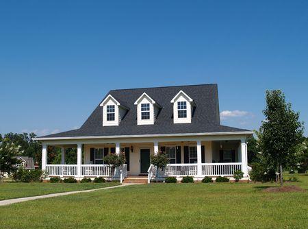 tejas: Casa residencial de dos pisos con revestimiento de vinilo o de la Junta en la fachada.
