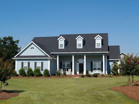 青の 2 つのストーリー ボード両面ロッキングチェアと住宅の家。