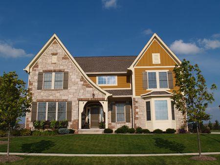 二階建ての石、煉瓦および板両面出窓付きの住宅の家。 写真素材