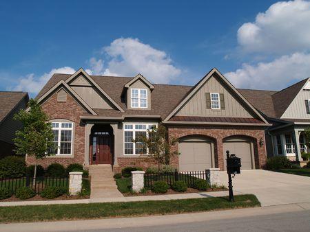 Piccola casa con doppio garage in un quartiere dove le case sono costruite ravvicinati con cortile molto poco.  Archivio Fotografico