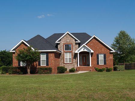1 つの物語の新しい石と煉瓦住宅。