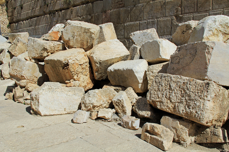 soldati romani: Fallen stone blocks from a section of the wall surrounding the Temple mount (Wailing wall) which was destroyed by roman soldiers.