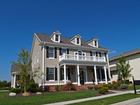 새로운 대형 2 층짜리 황갈색 주택은 역사적인 집처럼 보입니다.