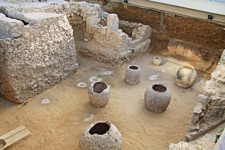 Drittes Ephorat der Athener Antiquitäten während der Regierungszeit von Kaiser Hadrian. Blick unter die Erde auf eine ausgegrabene archäologische Stätte eines römischen Badehauses in Athen, Griechenland in der Nähe des Flusses Ilissos. Standard-Bild