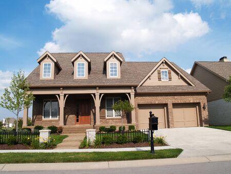 Thomasville, Georgia, EE. UU., 8 de agosto de 2009: pequeña casa de ladrillo de dos pisos con porche y un garaje en el frente que contiene mucho espacio para copiar. Editorial