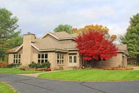 Single family brick contemporary home with a circle drive. 版權商用圖片