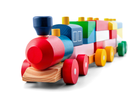 juguetes de madera: Tren de juguete de madera con coloridos bloques aislados sobre blanco