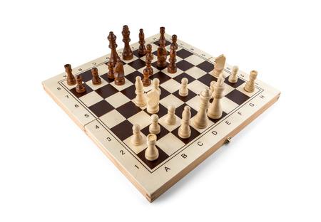 chess: Tablero de ajedrez con piezas de ajedrez de madera aislada en blanco