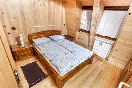 伝統的な木製のインテリアのテーブルと器具 - マウンテン リゾート