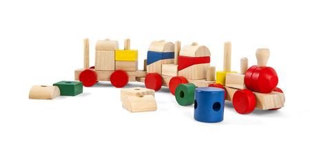 クリッピング パスと白で分離されたカラフルなブロックと木のおもちゃ鉄道