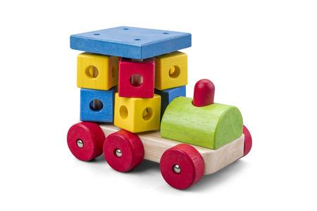 クリッピング パスと白で分離されたカラフルなブロックを持つ木製の車グッズ 写真素材