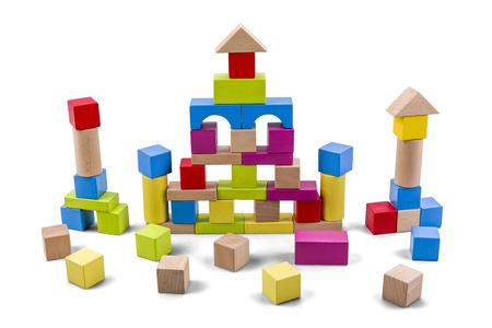 クリッピング パスと白で分離されたカラフルなブロックの木造城