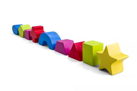 クリッピング パスと白で隔離ブロック玩具木の色