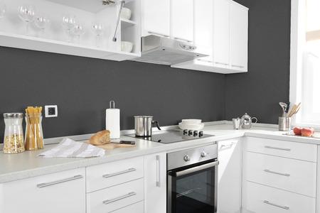 キッチンには電気コンロ オーブン詳細、引き出し、シンクの一部 写真素材