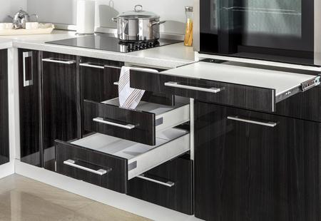 キッチンには電気コンロ オーブン詳細、引き出し、ハンドル部