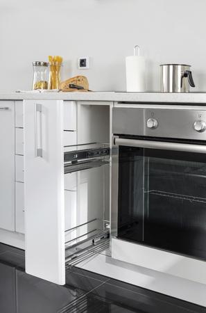 Ein Teil der modernen Küche mit Elektroherd Backofen Details, Schubladen, Spüle Standard-Bild - 51935852