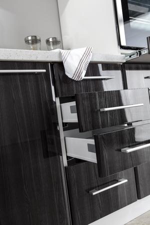 Ein Teil der modernen Küche mit Elektroherd Backofen Details, Schubladen, Spüle Standard-Bild - 51936024