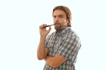 bebaarde man roken van een elektronische sigaret Stockfoto