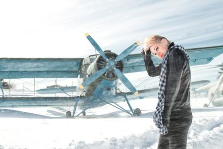 パイロット ビンテージ航空機の隣にセクシーな若い女の子
