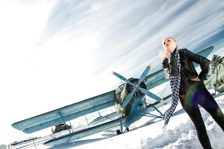 sexy jong meisje naast de piloot vintage vliegtuigen