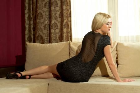 sexy Blondine im Innenraum Lizenzfreie Bilder