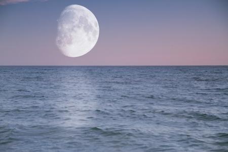 Abend über dem Meer glänzt großen Mond