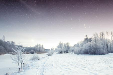 winter rivier bij nacht.