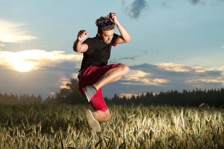 Mann geht in für Sport. bei Sonnenuntergang Mann in den Kampfkünsten Lizenzfreie Bilder