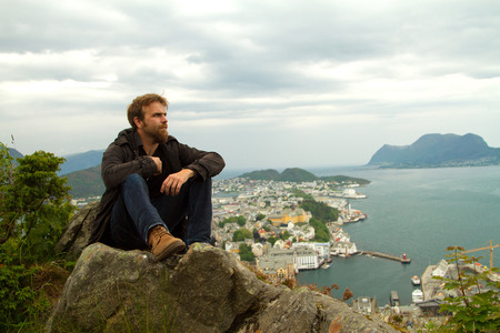 honeymooners: hombre en Geiranger. lugares bellos de Europa