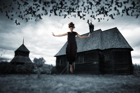 공중에 떠있는 마녀. 공포 영화의 스타일의 그림.