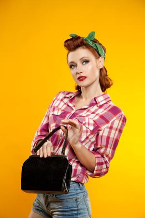 ピンナップ ガール。美しい若い女性のピンナップとレトロなスタイルを表すファッション古着のスタジオで白で隔離