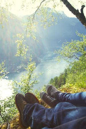 honeymooners: vacaciones de luna de miel los reci�n casados ??en Noruega. foto en las monta�as cerca del lago.