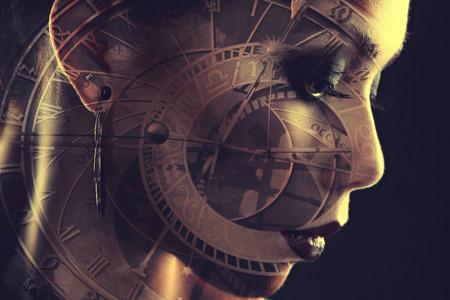 Mädchen Uhren. Mystical Bild der Zeit. Alchemistische Prozesse des Alterns. Foto mit Doppel-Exposition