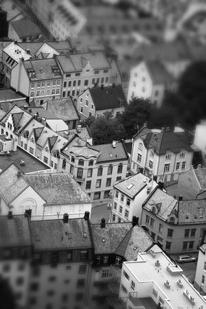 オーレスン、ノルウェー - 海の正面の町家。tillt シフト。 スタイリッシュなレトロな黒と白の写真 写真素材