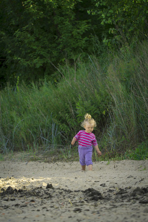banderas americanas: little girl walking by the sea. summer vacation by the ocean