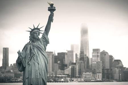 背景の街並みと自由の女神像