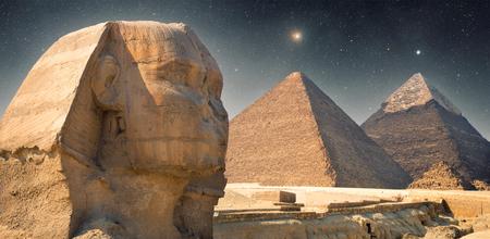 Piramide bij nacht onder de sterren. schijnende ster