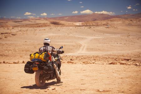 rider reist de Atacama woestijn op een motorfiets. Amerika