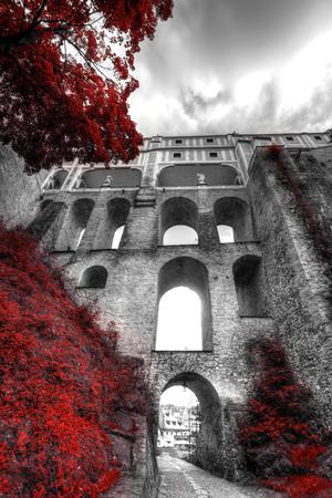Schwarz-Weiß-Foto mit der Farbe Rot. Cesky Krumlov, Tschechische Republik Lizenzfreie Bilder