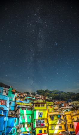 貧民街の夜。夜のリオ ・ デ ・ ジャネイロのスラム街