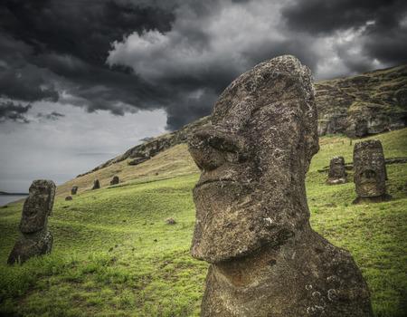 モアイ、アフ ・ トンガリキ (イースター島、チリ)