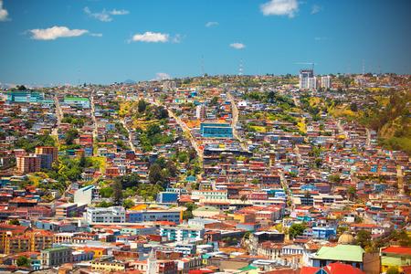Kleurrijke gebouwen op de heuvels van de stad Valparaiso, Chili Stockfoto