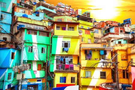 リオ ・ デ ・ ジャネイロ ブラジルの貧民街の建物に描かれたカラフルな 写真素材