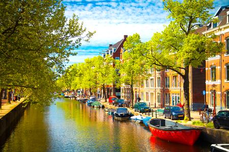 Edificios antiguos tradicionales en Ámsterdam, Países Bajos
