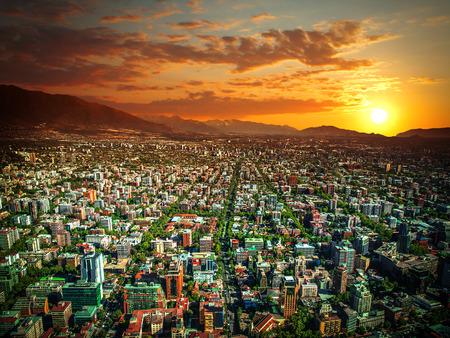 Vue panoramique de Santiago du Chili et Los Andes chaîne de montagne