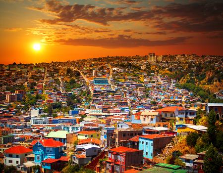 バルパライソ、チリの都市の丘の上のカラフルな建物